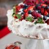 Tort bezowy z owocami i musem truskawkowo - rabarbarowym