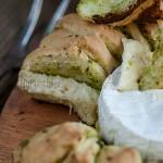 Camembert zapiekany w cieście drożdżowym